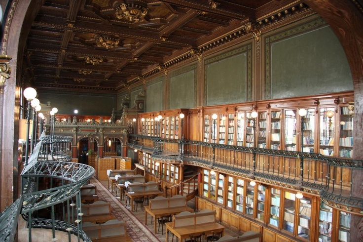 Sala de lectură şi colecţia de volume.