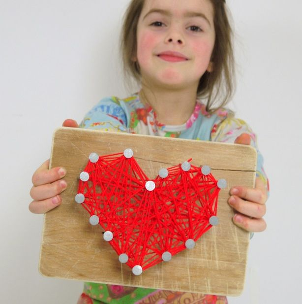 Für den Valentinstag: Herzhämmern! Hier ist eine Bastel-Idee, die vielleicht auch manch ein Vater schlag-artig (also buchstäblich) in Verzückung versetzt! Sie eignet sich sowohl für den Valentinstag als auch für den Muttertag. Wir zeigen euch, wie das geht!