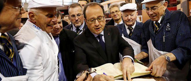 François Hollande avec des bouchers au Salon de l'agriculture, le 27 février 2016.