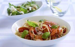 Pasta med tigerrejer og krydrede cherrytomater Dejlig lun salat med italienske noter. Nem at lave og smuk at se på.