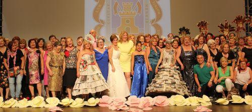 Foto de familia de los integrantes de los talleres de Adultos y Mayores al final del acto en el CDT2