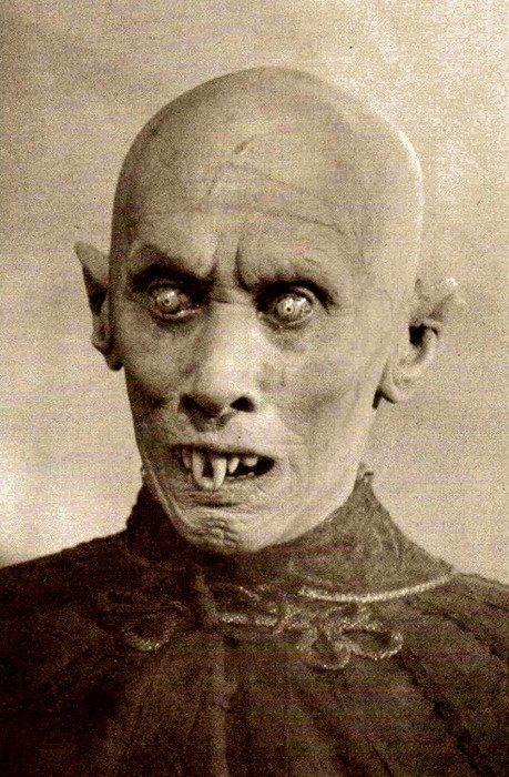 Reggie Nalder como Kurt Barlow  en El misterio de Salem's Lot Segunda novela de Stephen King, publicada originalmente en 1975.