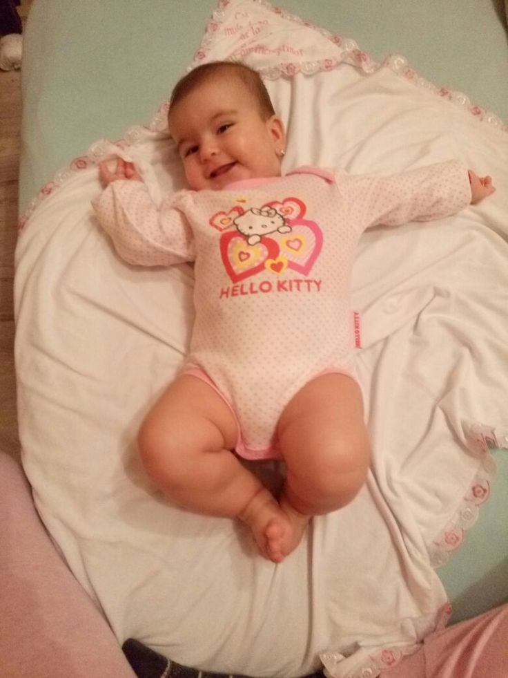 Aceasta mica printesa poarta un body roz cu Hello Kitty! Vedeti ce fericita este? Pret: 48.00 lei http://goo.gl/L5zpu8
