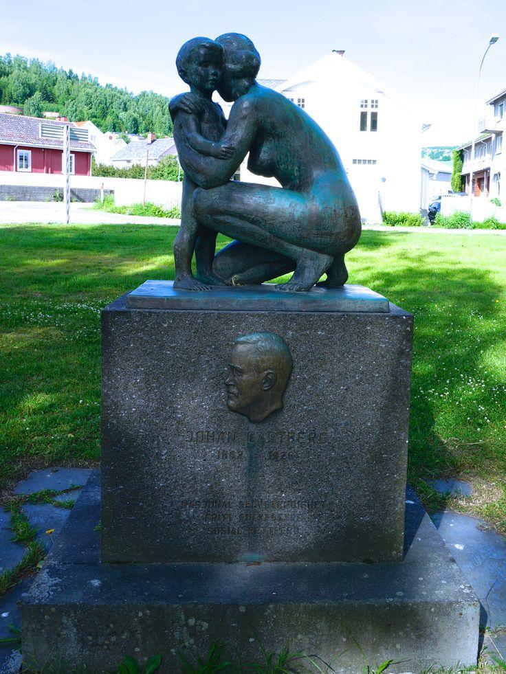 """""""Mor og barn"""" av Arne Durban (1912 - 1993) Minnesmerke over Johan Castberg Parken ved Gjøvik kirke"""