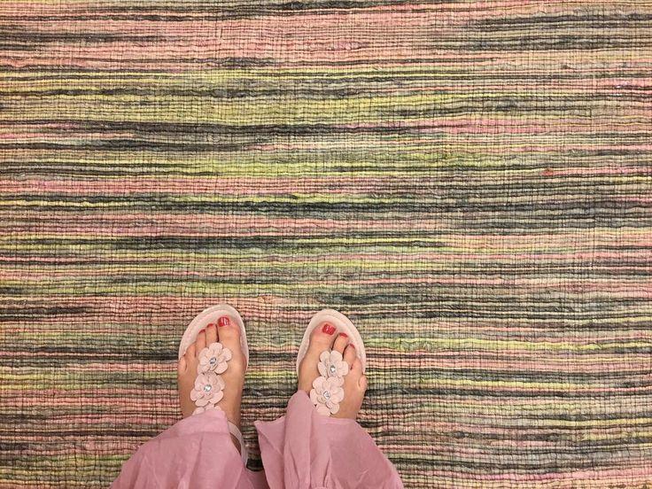 INSIDE I  Dieser Schnappschuß stammt vom Fotoshooting beim Kunden. Mein Lieblingsteppich dieses Mal: herrlich sommerliche Pastellfarben - passend zum Outfit wenn auch eher zufällig :-). Ich mag den Kontrast zwischen der groben Struktur und den sanften Farben. Und Ihr? Jetzt habt Ihr mal einen Eindruck bekommen was ich so treibe den ganzen Tag :-D @gmeinsamdurchinsta. Kommt gut durch den Freitag- das Wochenende ruft
