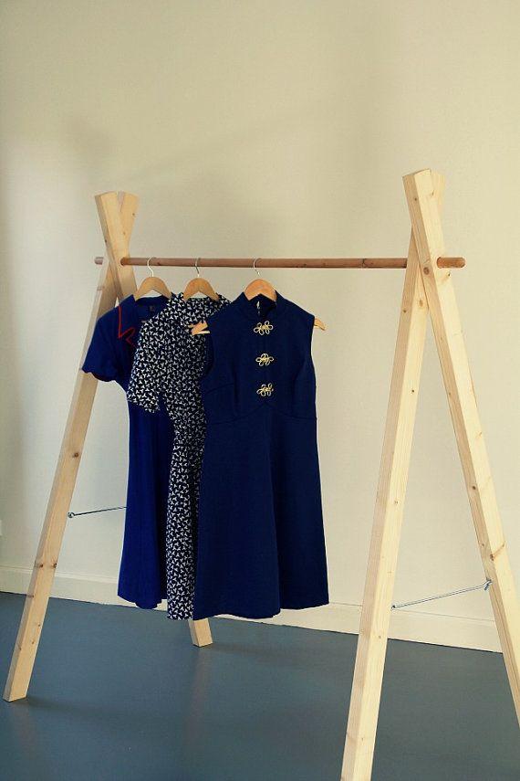 Estante de madera ropa hecha a mano / / por SophieSweetVintage