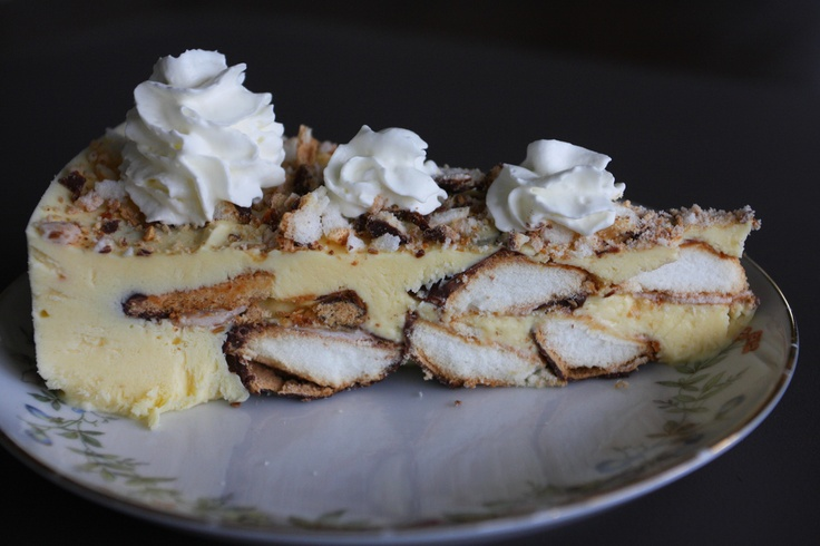 Bokkepootjes taart  2 pak bokkepootjes  4 eetlepelsadvocaat  1 kopje melk  1 pakje saroma pudding (koude pudding)  2 potjes slagroom a 200 ml..