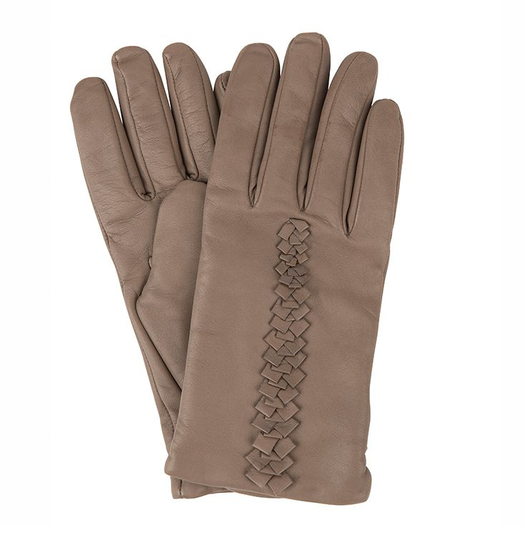 Chic #Roeckl gloves keep you warm and add glamour to your autumn outfit #ParndorfMustHave