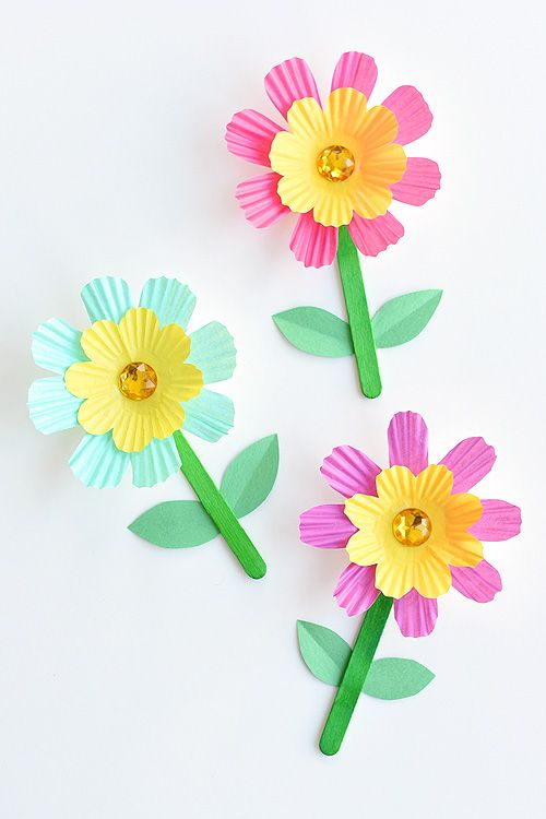 DIY Craft: These simple cupcake liner flowers are so easy to make and they look SO PRETTY! They're such a great low mess kids craft idea! Wouldn't they be a perfect craft for Mother's Day? Or even Easter?