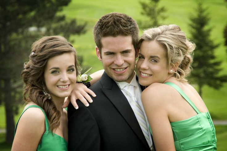mariage, groom and his sisters at Golf et auberge Bromont