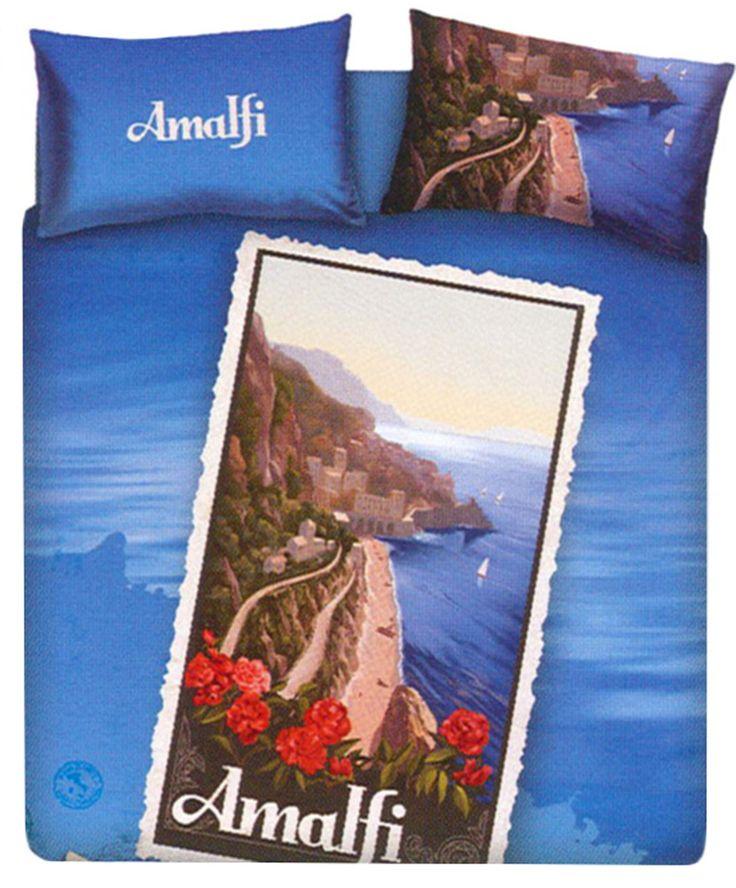 Completo copripiumino Amalfi della linea Souvenir imagine Bassetti, una linea di copripiumini dedicati alle più belle località turistiche Italiane, la stampa presenta una cartolina di Amalfi con la sua bellissima costiera amalfitana tra monti e mare dichiarata dall'Unesco patrimonio dell'umanità, le federe hanno una stampa double face. www.baincheria24.it