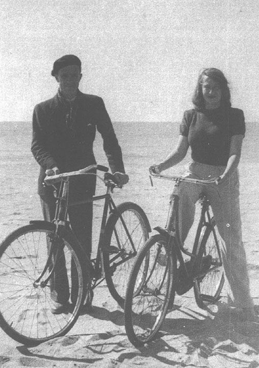 Adolfo Bioy Casares con Silvina Ocampo en Mar del Plata (c. 1942)