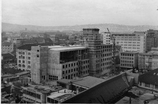 In den 1950er Jahren verändert sich das Gesicht des Stuttgarter Marktplatzes. Denn in diese Zeit fällt der Bau des neuen Rathauses. Es wird im Mai 1956 von OB Klett eingeweiht. Gegenüber dem Vorgängerbau ist das neue Rathaus stark erweitert und modernisiert worden, als Architekten zeichnen Hans Paul Schmohl und Paul Stohrer verantwortlich für dieses neue, modernere Gesicht der Stadtverwaltung. Foto: Stadtarchiv Stuttgart