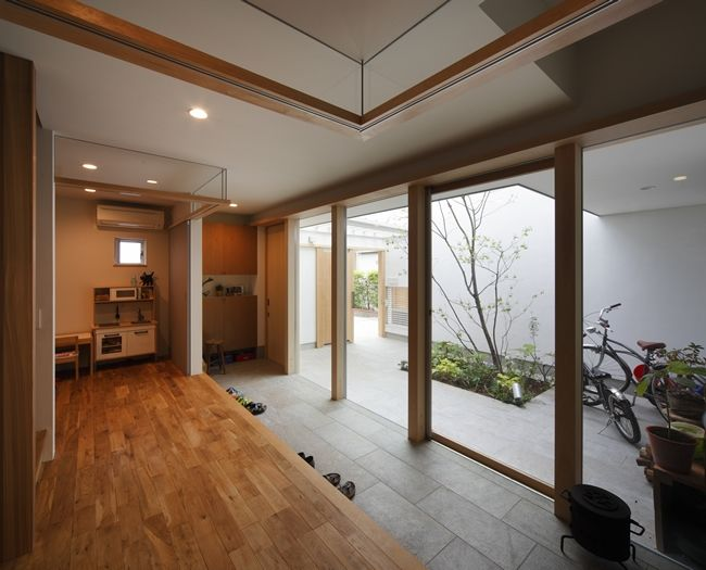 玄関土間-全面ガラス張り(『春風の家』中庭を外玄関に!光を取り込む住まい)- 玄関事例|SUVACO(スバコ)