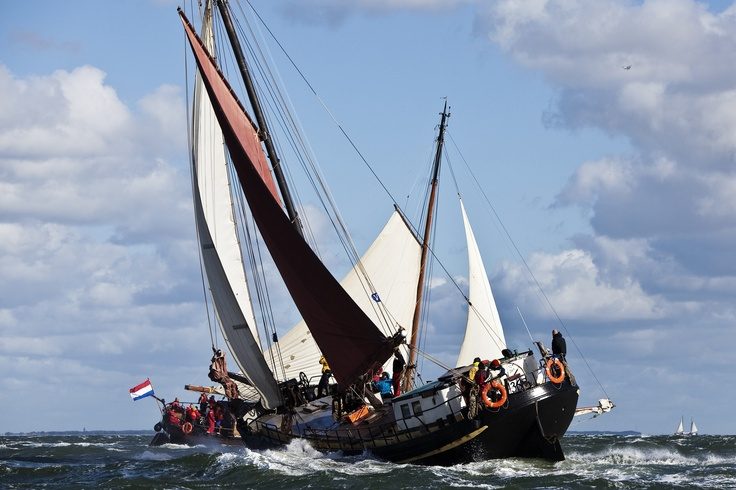 Twee zeilschepen in actie op de Waddenzee.