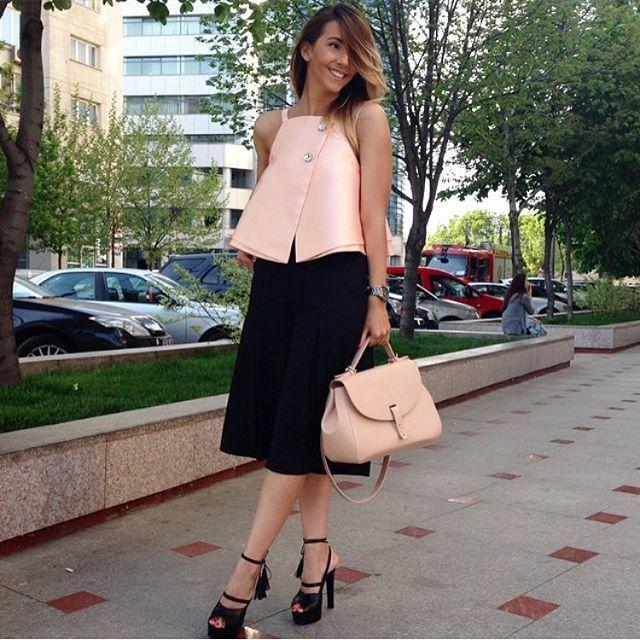 Sweet summer outfit! @manuelalupascu, superba ca intodeauna ❤️ Geanta din colectia realizata impreuna cu @albertinaionescu o gasesti in link-ul din bio ❤️