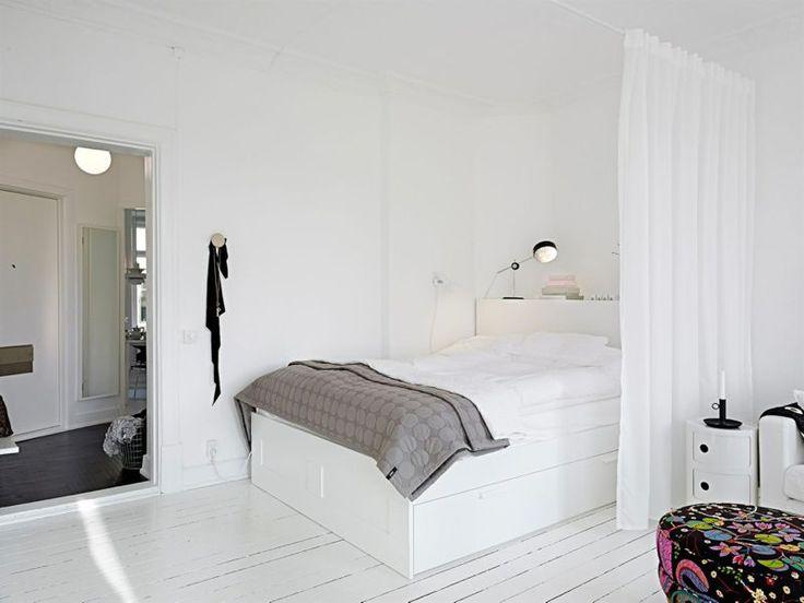 Dejligt enkelt! Smart ide med gardinet - gør det mere hyggeligt og hule-agtigt.. Sengen bliver et rum i rummet :)