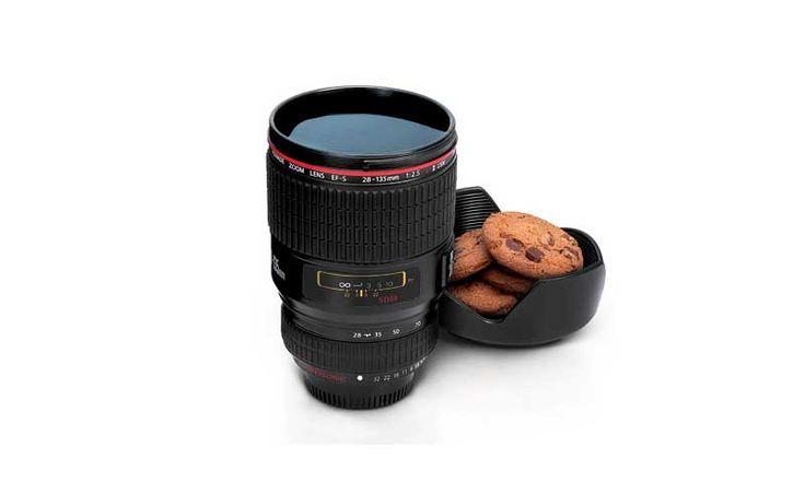Кружка Camera Lens — это необычная чайная кружка для настоящих любителей фотографий. Дизайн кружки в точности до миллиметра повторяет дизайн и состав объектива. Плюс этой кружки в том, что она довольно-таки большая (450 мл), что сделает процесс чаепития еще более долгим и приятным. Также в Camera Lens встроено маленькое блюдце для печений и тортиков...