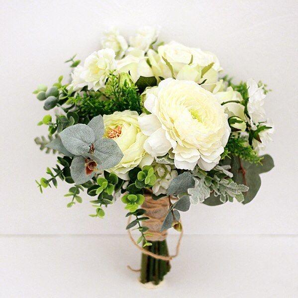 バラとラナンキュラス、ユーカリのブーケ。 爽やかなグリーンのハーブをたっぷりそえて。