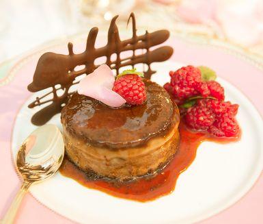 Tänk crème caramel fast en lite mer glamorös dessert med smak av kaffe och choklad. Den bakade moccacrèmen görs med fördel dagen innan, så känn lugnet när gästerna anländer. Bjud med limemarinerade hallon, knapriga kaksmulor och chokladflarn.