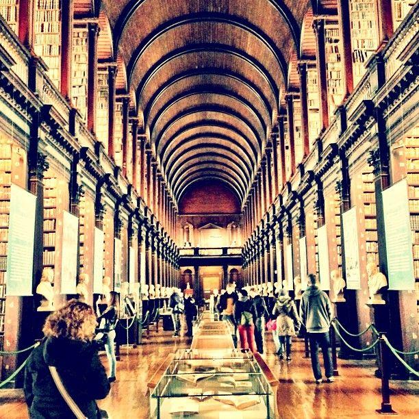 Uma das maiores bibliotecas de pesquisa do mundo, tem de documentos relacionados à época da independência e a harpa mais antiga da Irlanda a registros mais contemporâneos, como as primeiras publicações do U2. Entre seus tesouros está o Livro de Kells, manuscrito todo em latim com os quatro Evangelhos, além de notas e iluminuras coloridas. Produzido por monges celtas por volta do ano 800 a.C., o livro é considerado por muitos um dos mais importantes vestígios da arte religiosa medieval.