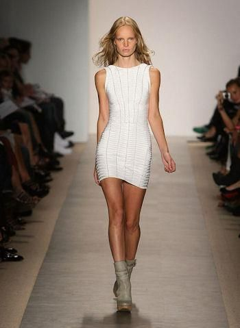 Белое бандажное платье herve leger