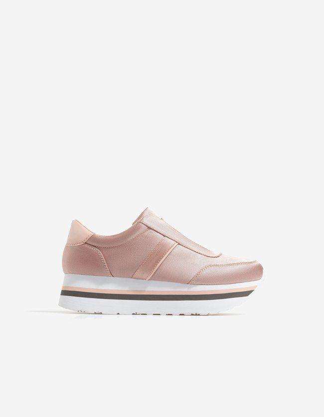 Descubre las últimas tendencias en zapatillas deportivas de mujer de AW17 en Stradivarius. Bambas y zapatillas blancas, negras o rojas para un look perfecto.