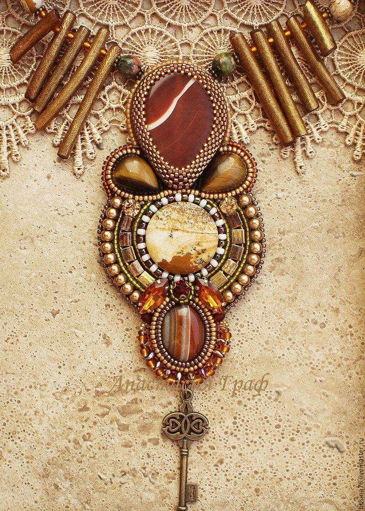 Купить или заказать Кулон Ключ от Миэрина (агат, яшма, коралл, тигровый глаз) в интернет-магазине на Ярмарке Мастеров. Кулон сделан из нескольких видов поделочных камней, использованы палочки коралла, окрашенные в золотой цвет и покрытые лаком, бронзовая фурнитура. Кулон можно носить с повседневной одеждой (джемпер, джинсовая одежда), очень хорошо подойдет для создания осеннего…