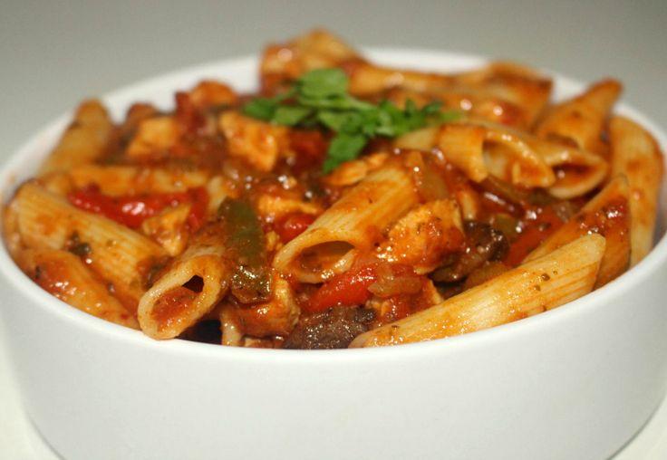 Penne all'Arrabiata met kip. This is soooo good! Doe de olijfolie in een bakpan, voeg er de ui en knoflook aan toe en laat alles een minuutje fruiten. Voeg dan de paprika's, hete peper, kip en tomaten toe en laat bakken o