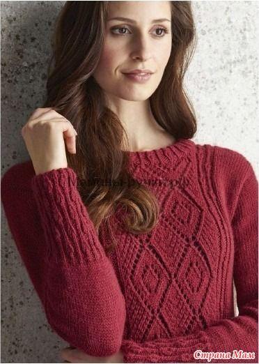 Тонкий облегающий пуловер спицами, ажурный спереди и с фантазийной резинкой, которая проходит по центру всей спины. Эта модель будет хорошо смотреться как облегающей юбкой, так и с брюками.