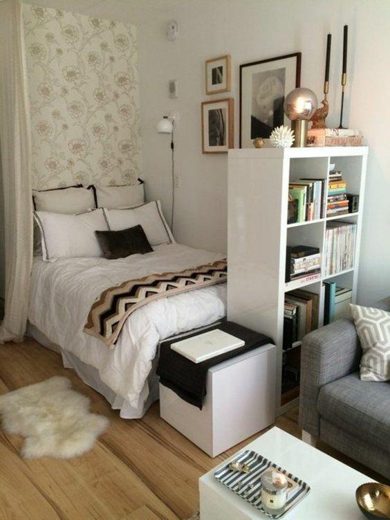 Blumentapete in hellem Beige und Weiß, in der Nähe des Bettes mit vier Sätzen