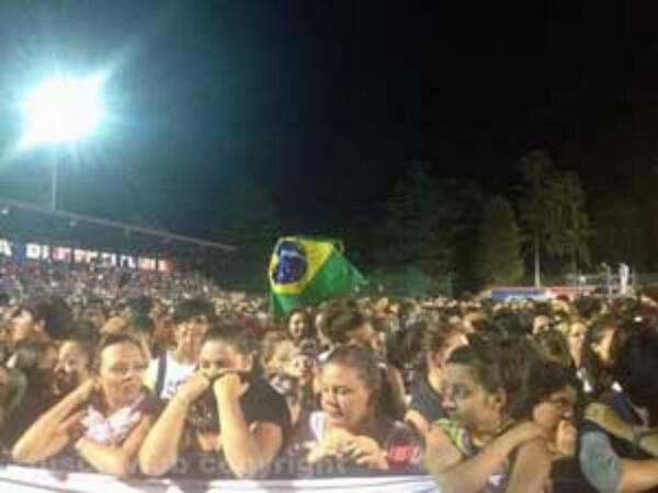 la bandiera del brasile spicca in mezzo alla folla #proud #ronciglione @mengonimarco