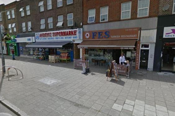 Seorang Muslimah diserang di kawasan perbelanjaan di London  LONDON (Arrahmah.com) - Seorang Muslimah dipukul hingga jatuh dan diseret sepanjang trotoar dalam serangan memuakkan di kawasan perbelanjaan standard.co.uk melaporkan pada Jumat (16/12/2016).  Muslimah tersebut tengah mengunjungi seorang temannya di salah satu salon ketika dua orang lelaki kulit putih mendekatinya dari belakang dan mencoba untuk merenggut kerudung yang ia kenakan.  Perempuan berusia 27 tahun itu dijatuhkan dan…