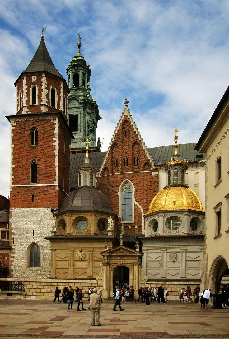 """Catedral de Wawel. Cracovia, Polonia / Fue el centro del poder eclesiástico y lugar de coronación de los monarcas polacos. Fue construida entre 1320 y 1364; posteriormente se le añadieron 18 capillas funerarias laterales de estilo renacentista. De la capilla de Segismundo I el Viejo, trazada por Berrecci, se ha dicho que sería """"el ejemplo más puro de arquitectura renacentista fuera de Italia"""""""