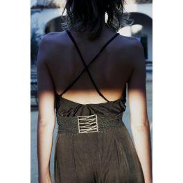Cinturón de encaje negro.                                          precio: 240€                                                               Cinturón de encaje negro con eslabones en forma de hojas, rematado con un broche chapado en oro de 24k y un cristal checo azul
