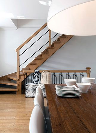 Escaliers: sous les de la feux rampe | Les idées de ma maison © TVA Publications | Photo: Yves Lefebvre #deco #escalier #bois #artisanale
