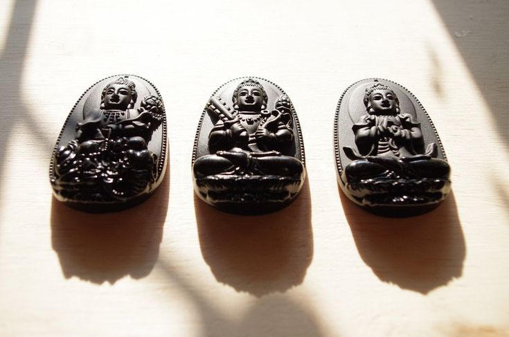 Collection de 3 Bouddhas : LEs différents bouddhas mantras sculptés au laser sur obsidienne noire du MExique. 1 bijou ou pendentif Bouddha 6 cm disponible Collection of 3 Buddhas: THE different Buddhas mantras carved with laser on black obsidian of MEXI