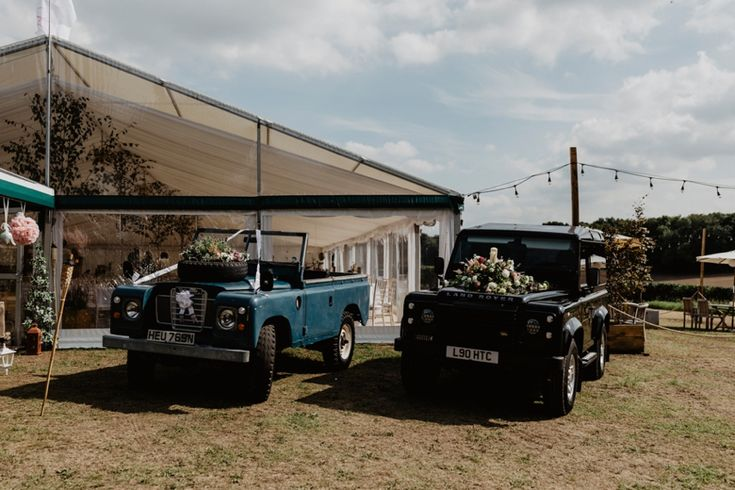 Prettied up wedding cars - country style! Photo by Benjamin Stuart Photography #weddingphotography #weddingcars #countrystyle #jeep #diywedding