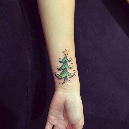 Albero di Natale tatuato sul polso