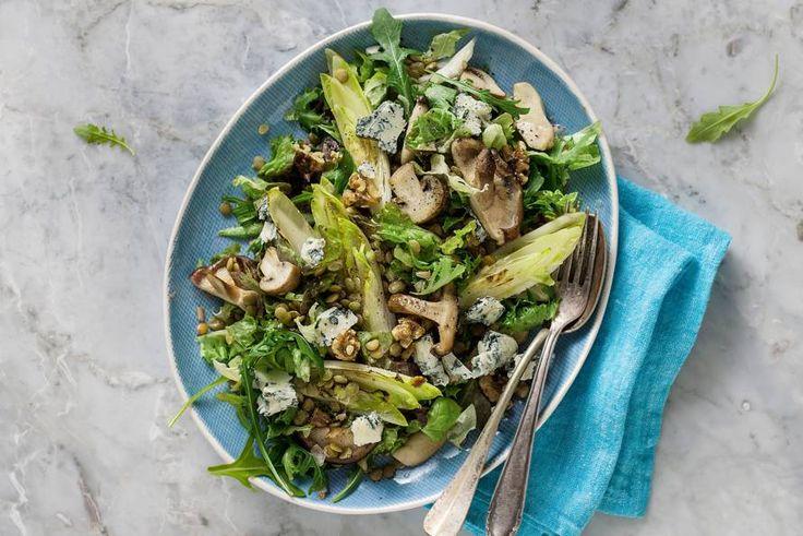 28 september 2017 - Witlof in de bonus - Een salade in de herfst? Ja, doen! Lekker met witlof, pittige kaas en paddenstoelen - Recept - Allerhande