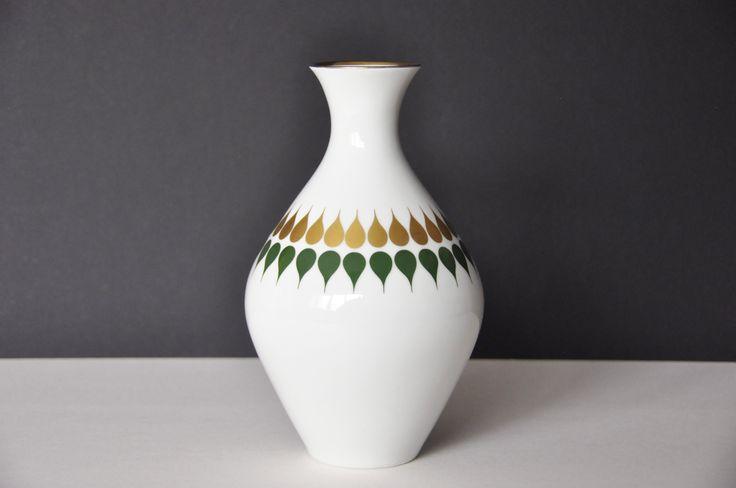 Porcelanowy wazon z ładnym zdobieniem z nieistniejącej już fabryki porcelany z Bawarii.  Stan bdb vintage