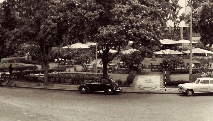 Um café na Praça 7 de Março em Lourenço Marques, anos 1960. havia  dois cafés. O Continental e o Scala, que era o mais antigo. e que tinha um cinema.