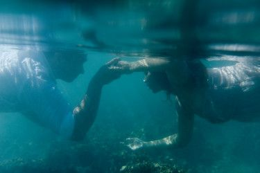 Underwater engagement pre nuptial photography in Fiji by Anais Photography