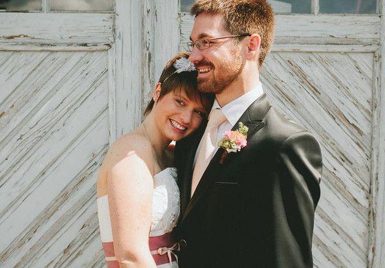 vintage Hochzeitskleid mit Corsage und leicht ausgestelltem Rock, rosa Gürtel mit puderrosa Band und Schleife, Haarreif mit Blume für die Brautfrisur  (http://www.noni-mode.de) Foto: Liebe zum Bild