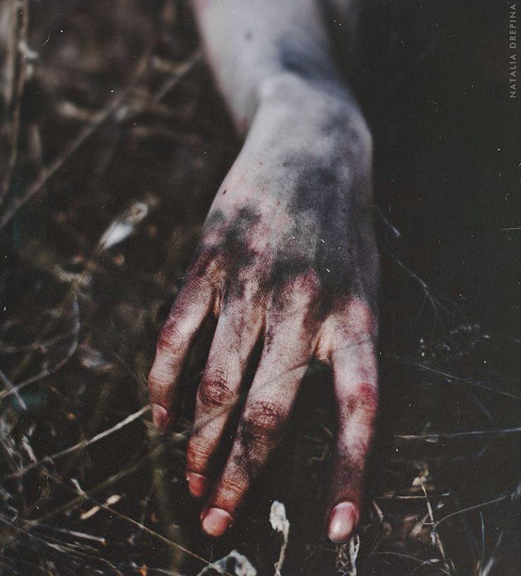 Narcissa ouvrit les yeux. Elle était allongée sur le sol froid et humide de cette forêt. Elle tenta de se relever en vain, comme clouée à terre. Elle tourna la tête et vit ses mains tachées de sang et salies par la terre glaciale et mortelle.
