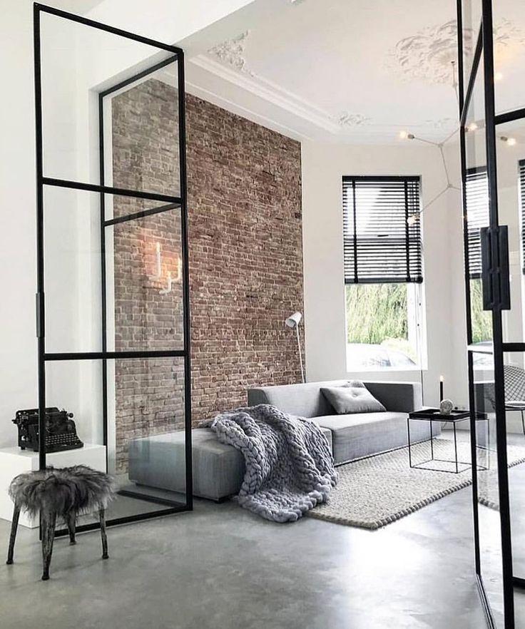 modernes Wohnzimmer mit neutralem Dekor und fehlenden gerahmten Glastüren
