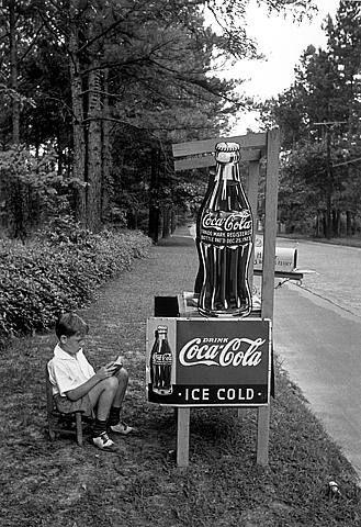 Alfred Eisenstaedt: Little Boy Selling Coca-Cola, Atlanta, 1936.