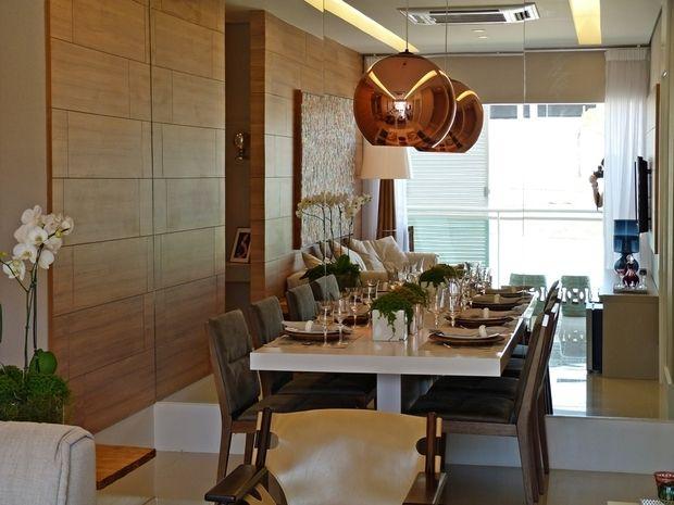 Sala de jantar (espelho + parede em madeira)