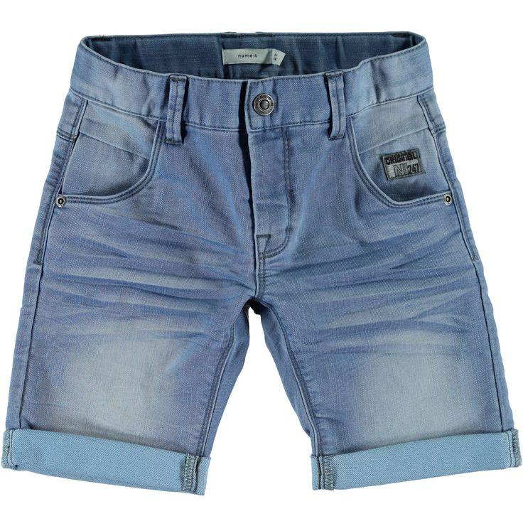 Jongens bermuda short NITTITTAN van het kinderkleding merk Name-it.  Licht blauwe jongens bermuda broek, voorzien van een schuifknoop + rits sluiting. Dit is een slim fit sweat denim broek, die elastisch is, deze effen broek is eveneens verstelbaar in de taille.