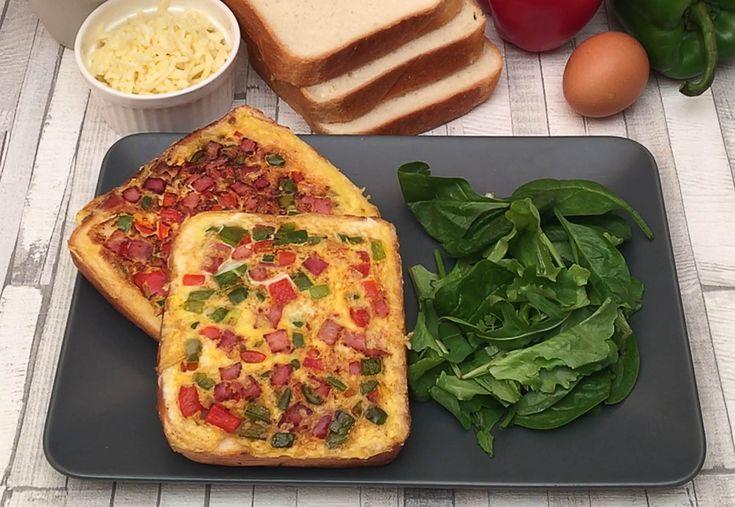 Le toast omelette ! le petit toast qui se prenait pour une omelette  Ingrédients pour 2 toasts 2 tranches de pain de mie 1 tranche de jambon blanc 1/2 poivron rouge 1/2 poivron vert 1/2 oignon 2 œufs 30 g de mozzarella râpée Sel et poivre 10 g de beurre Recette À l'aide d'un couteau, retirer le carré de mie des tranches de pain. Couper en dès les poivrons, l'oignon, et le jambon. Dans une poêle beurrée, faire revenir les légumes et le jambon. Former 2 carrés avec la préparati...